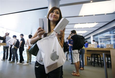iphone stores apple iphone 5 launch draws fans worldwide news18