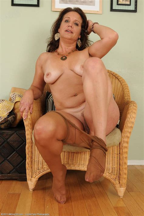 sexy all natural Milf Posing In Pantyhose pichunter