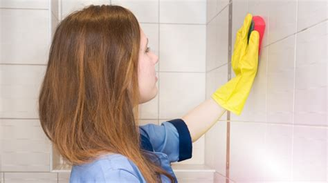 membersihkan kamar mandi  caranya fajar group