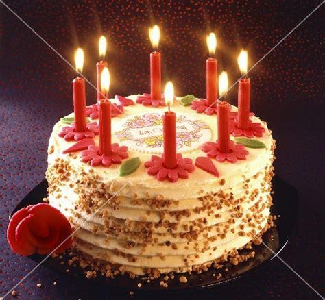 Geburtstagstorte Mit Brennenden Kerzen  Bild Kaufen