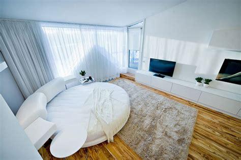 chambre avec lit rond chambre avec un lit rond dans un loft contemporain à