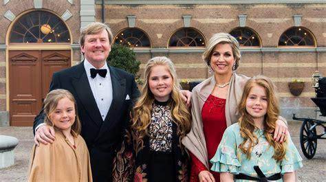 koninklijk huis familie koning poseert met gezin bij koninklijke stallen