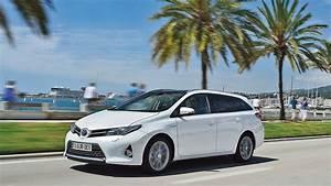 Toyota Auris Break Hybride : toyota auris touring sports le premier break compact hybride ~ Medecine-chirurgie-esthetiques.com Avis de Voitures