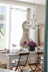 le style shabby chic dans la decoration de maison printaniere With tapis oriental avec canapé style shabby