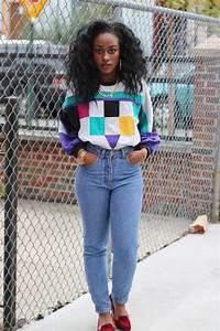 Kleidung 80 Jahre : die 80er frau gewaschene jeans rote veloursschuhe bunte bluse mit neonfarben goldene ~ Frokenaadalensverden.com Haus und Dekorationen