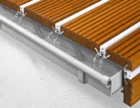 holzboden fã r balkon holzboden balkon abdichten wasser ableitende terrassen und balkone