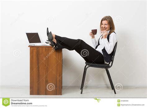 le bureau fille fille dans le bureau avec ses pieds sur la table et image