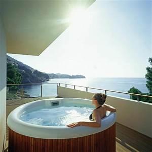 Outdoor jacuzzi 53 wunderschone fotos archzinenet for Whirlpool garten mit tauben abwehren balkon