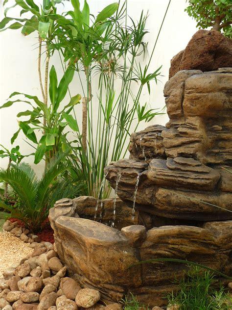 Diseño De Un Jardín Muy Pequeño Con Fuente, Piedras Y