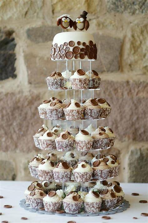 hochzeitstorte mit cupcakes witzig modern praktisch
