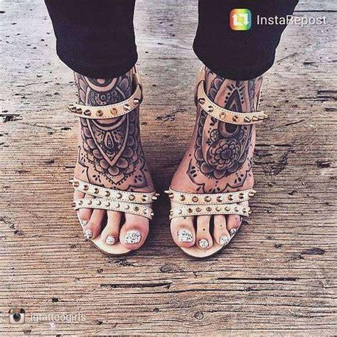 tatouages recouvrant les pieds femme mandala tatouage
