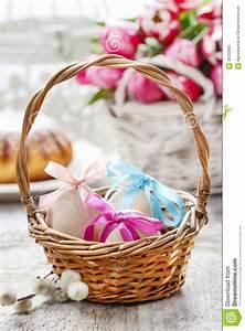 Panier Oeufs De Paques : oeufs de p ques dans le panier en osier photos stock image 38332893 ~ Melissatoandfro.com Idées de Décoration