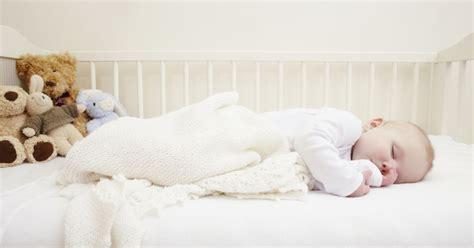 bébé dort dans sa chambre pourquoi un bébé devrait dormir dans la chambre de ses parents
