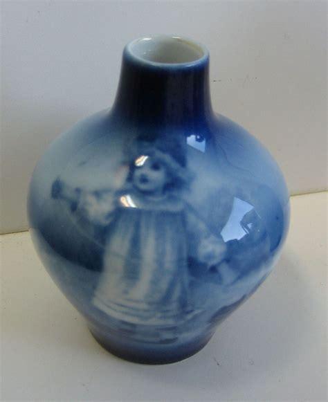 royal blue vase antique royal bayreuth flow blue small vase terrier
