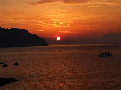 Un'alba spettacolare in Costiera. Ecco le foto più belle da Ravello Amalfi e Positano