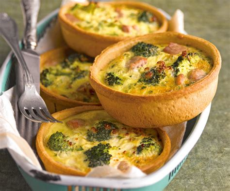 cuisiner les brocolis recettes astuces du chef cyril lignac miniquiches au brocoli et