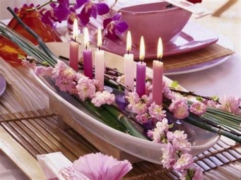 weißer overall hochzeit attraktive tischdekoration mit exotischen blumen und kerzen in lila tischdeko kommunion