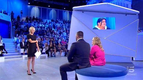 """Le trasmissioni curate dalla presentatrice, i vari sponsor presenti nei programmi (come caffé borbone). Maria De Filippi: """"Non so se la busta di 'C'è posta per te ..."""