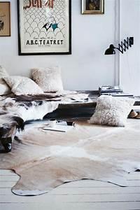 Kuhfell Teppich Weiß : kuhfell teppich im wohn oder schlafzimmer verlegen ~ Yasmunasinghe.com Haus und Dekorationen