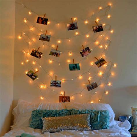young woman bedroom and string lights 30 formas incríveis de decorar suas paredes sem gastar