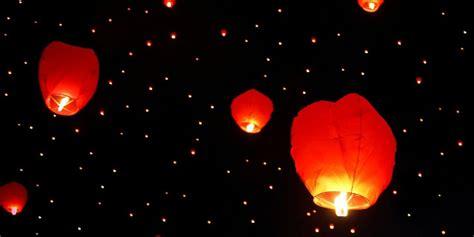 lanterne volanti piccole lanterne volanti a capodanno attenzione alle