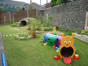 Outdoor Spielplatz im Garten für amüsante Kinderspiele