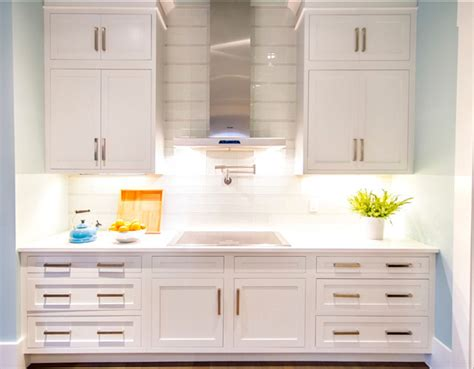 pure white sherwin williams cabinets transitional beach house home bunch interior design ideas 337 | Kitchen. Transitional White Kitchen. Kitchen TransitionalKitchen WhiteKitchen