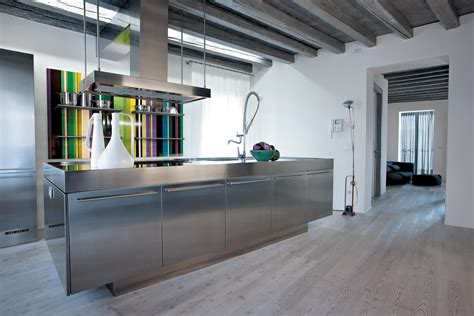 cuisine au cuisine inox au design acier monolithique assumé atelier