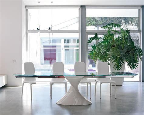 immagini sale da pranzo tavolo con piano vetro base scultorea allungabile