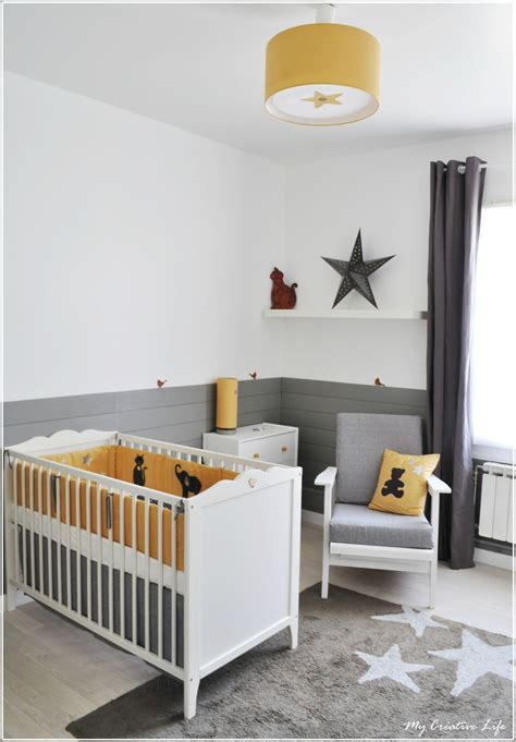 mur chambre bébé chambre bébé jaune et gris et blanc tour de lit