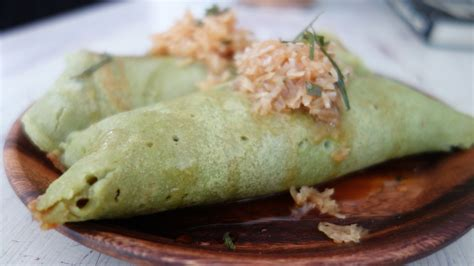 I was checking out the back of my garden one afternoon only to find such a humongous pandan plant. Pandan Leaf Pancakes
