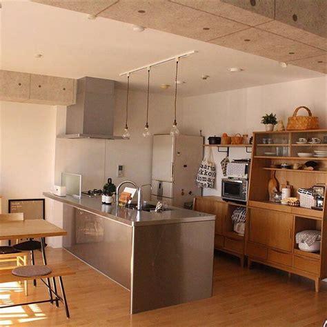 kitchen cabinets doors ステンレスキッチンのある部屋フローリングの床と白い壁にステンレスのキッチンで凛とした空気感に1000枚以上の 2977