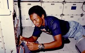 30 Agustus: Astronot Kulit Hitam Pertama Jelajah Luar ...