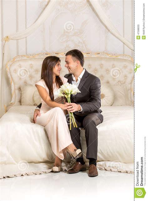 l amour dans la chambre couples romantiques dans l 39 amour se reposant sur le lit
