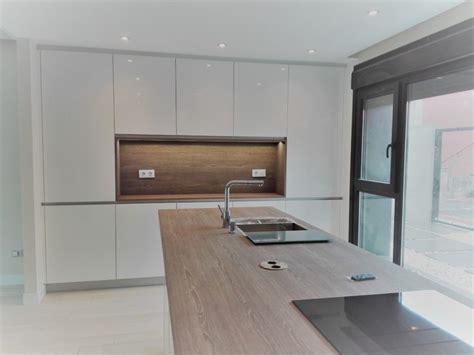 cocinas blancas  encimera de madera zebrano cocinas