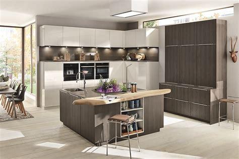 Moderne Küche In Weiß Und Holz Mit Zentralem Küchenblock