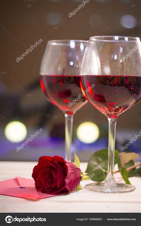 bicchieri di rosso due bicchieri di rosso con una rosa rossa foto