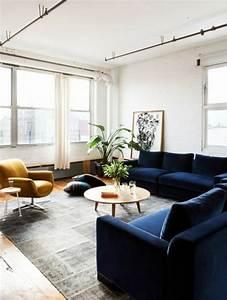 1001 idees creer une deco en bleu et jaune conviviale With tapis de couloir avec canapé bleu canard scandinave