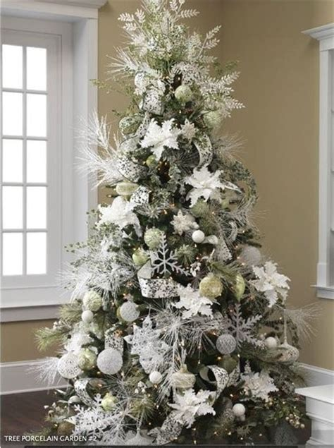 decoracion del arbol navideno en base  colores blanco