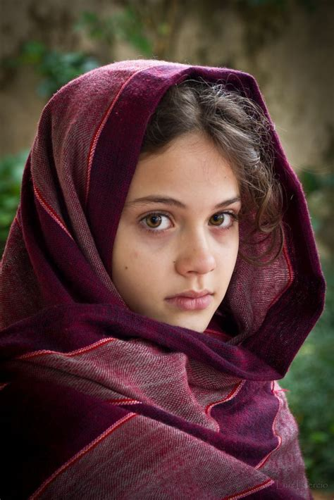 Scialle Rosso | Afghan girl, Beautiful girl face, Persian ...