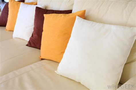 how many throw pillows on a sofa what are the different types of throw pillows with pictures