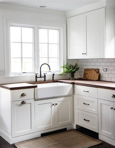 kitchen cabinets with cup pulls gorgeous cottage kitchen boasts white shaker cabinets 8169
