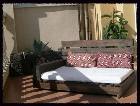 canap fait avec des palettes comment faire un canapé chaiselong avec des palettes des