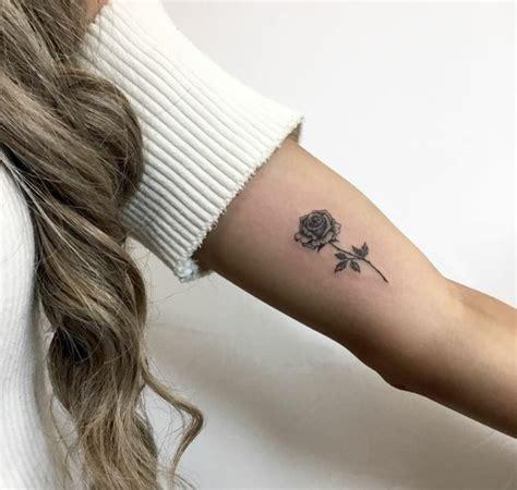 rosa tattoo en el brazo precioso tatuaje con tinta negra