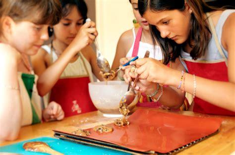 cuisiner pour les enfants atelier clafoutis cours de cuisine enfants