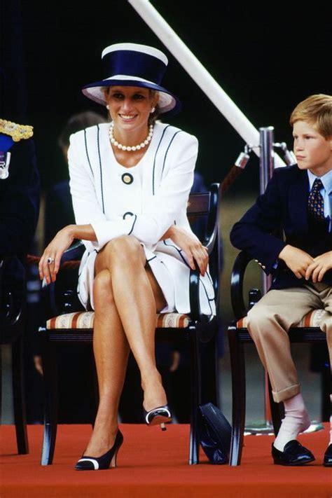 meghan markle crossed  legs   royal function