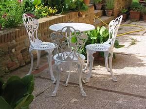 Ferro da Pozzo con Griglia di Sicurezza e Tavolo e sedie in alluminio color bianco Fonderia