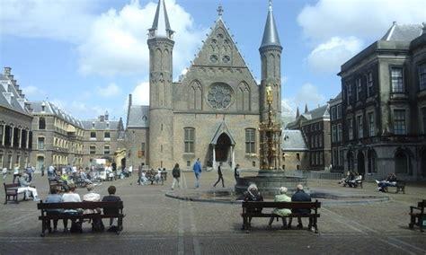 Tweede Kamer Den Haag Bezoeken by Het Binnenhof Met De Tweede Kamer En Ridderzaal Ligt Naast