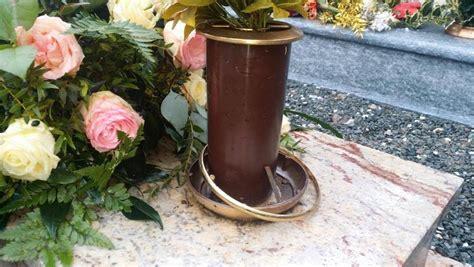 vasi per cimitero furti di rame al cimitero ladro insospettisce i