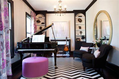 Dikurung dinding kedap suara, interiornya menampung beragam perangkat untuk merekam lagu, meracik musik, serta memberi efek suara. Desain Studio Musik dalam Rumah untuk Meningkatkan Produktivitas dalam Berkarya - Furnizing